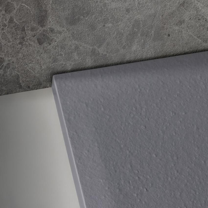 Dettaglio del piatto doccia in marmo resina effettopietra