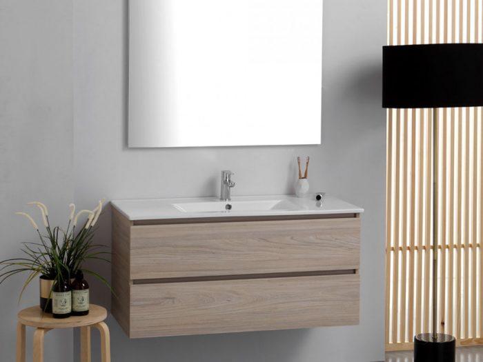 composizione sospesa in legno chiaro in bagno senza finestra