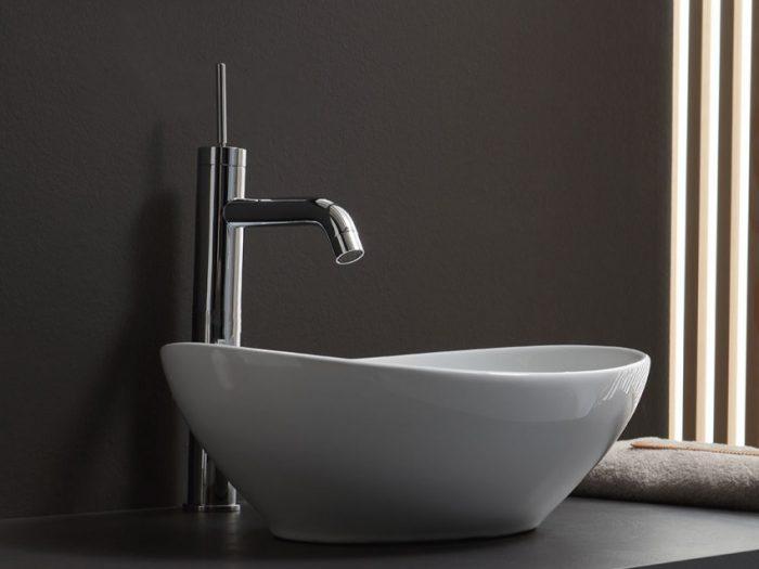 lavabo d'arredo con rubinetto installato sul piani d'appoggio